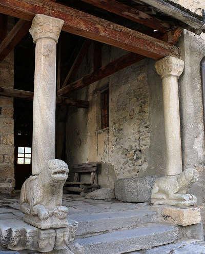 Saint veran plus beau village porche d entree de l eglise saint veran routes touristiques des hautes alpes guide du tourisme de provence alpes cote d azyr