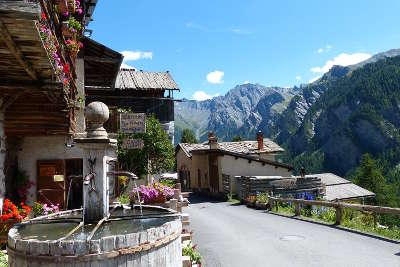Saint veran plus beau village village le plus haut d europe routes touristiques des hautes alpes guide du tourisme de provence alpes cote d azyr