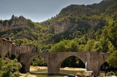 Sainte enimie le pont sur le tarn plus beaux villages routes touristiques de lozere guide touristique du languedoc roussillon
