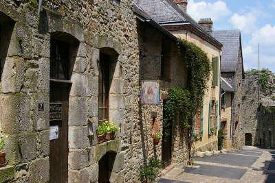 Sainte suzanne plus beau village ruelle routes touristiques de mayenne guide du tourisme pays de la loire