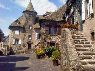 Salers ruelle plus beaux villages de france routes touristiques du cantal guide touristique auvergne