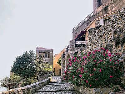 Sant antonino plus beau village montee vers le haut du village routes touristiques en haute corse guide du tourisme de la corse
