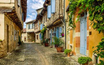 Sarrant plus beau village ruelle dans la bastide routes touristiques du gers guide du tourisme midi pyrenees