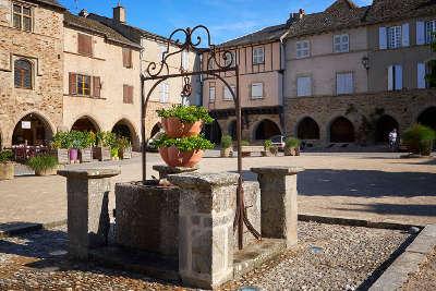 Sauveterre de rouergue plus beaux villages de france la place et le puit routes touristiques de aveyron guide du tourisme midi pyrenees