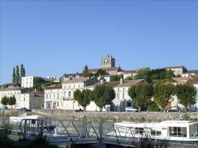 Savinien sur charente l eglise saint savinien routes touristique de charente maritime guide du tourisme de poitou charentes