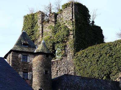 Segur le chateau plus beaux villages les ruines du chateau du village routes touristique de correze guide touristique du limousin