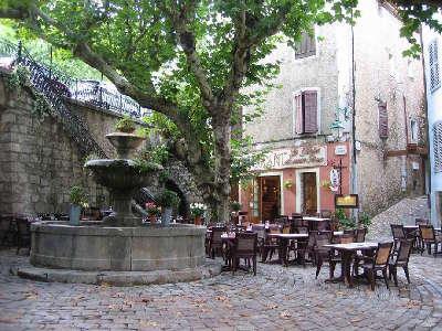 Seillans plus beau village fontaine routes touristiques du var guide du tourisme de la provence alpes cote d azur