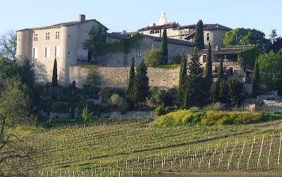 Senouilac vue sur le chateau et les vignes routes touristiques du tarn guide du tourisme de l occitanie