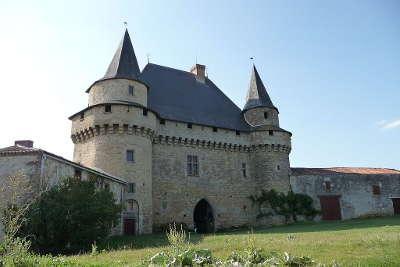 Sigournais chateau routes touristiques de vendee du tourisme du pays de la loire