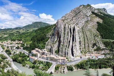 Sisteron plus beau detour de france le rocher de la baume routes touristique des alpes de haute provence guide du tourisme provence alpes cote d azur