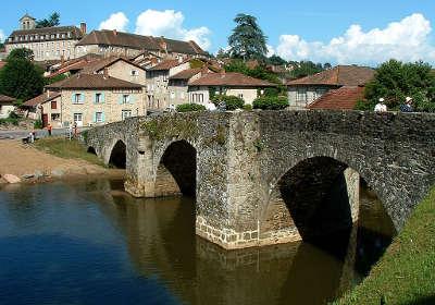 Solignac abbaye vue depuis le pont roman routes touristiques de la haute vienne guide du tourisme du limousin