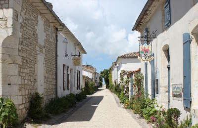 Talmont sur gironde plus beau village rue du port routes touristique de charente maritime guide du tourisme poitou charente