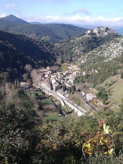 Termes domine par les vestiges du chateau routes touristique de aude guide du tourisme du languedoc roussillon