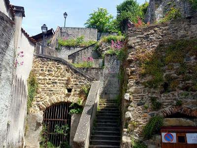 Thiers passage en escalier gravissant un rocher en centre ancien routes touristiques du puy de dome guide touristique auvergne