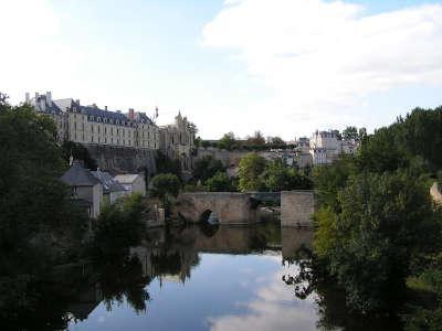 Thouars chateau des ducs de la tremoille et sa chapelle surplombant le thouet et le pont des chouans routes touristique des deux sevres guide du tourisme de poitou charentes