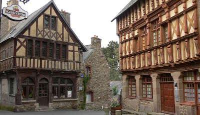 Treguier la maison de ernest renan a droite petite cite de caractere routes touristiques dans les cotes d armor guide du tourisme en bretagne 1