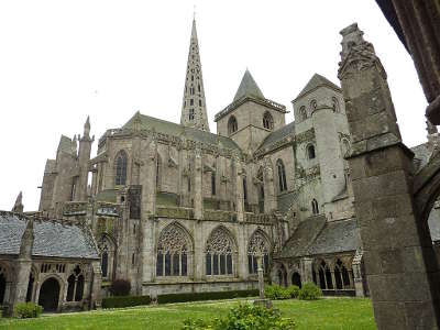 Treguier les trois tours de la cathedrale vues du cloitre petite cite de caractere routes touristiques dans les cotes d armor guide du tourisme en bretagne