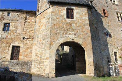 Turenne plus beaux villages porte donnant acces au chateau routes touristique de correze guide touristique du limousin