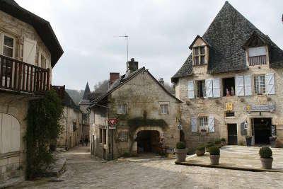 Turenne plus beaux villages vue du village place routes touristique de correze guide touristique du limousin
