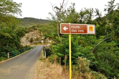 Un panneau de la route des vins pres d ansignan
