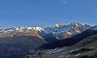 Val louron vue du col dazet routes touristiques des hautes pyrenees guide du tourisme midi pyrenees