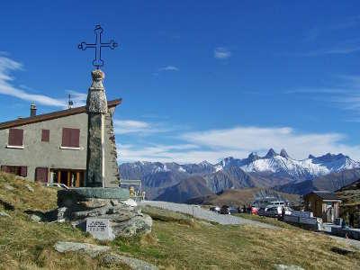 Vallee de la maurienne col de la croix de fer avec les aiguilles d arves en arriere plans routes touristiques de savoie guide touristique de rhone alpes