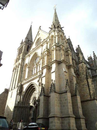 Vannes ville d art et d histoire facade de la cathedrale basilique saint pierre de vannes routes touristiques dans le morbihan guide du tourisme en bretagne