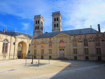 Verdun tours de la cathedrale notre dame de verdun derriere l ancien palais episcopal abritant le centre mondial de la paix routes touristiques de la meuse guide du tourisme de la