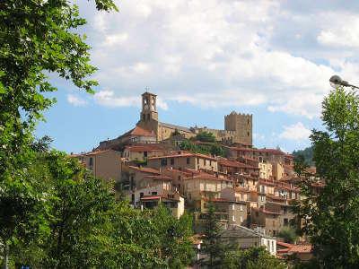 Vernet les bains vue sur le village routes touristiques des pyrenees orientale guide du tourisme occidanie