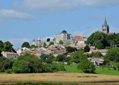 Villebois lavalette le chateau et l eglise routes touristique de charente guide du tourisme de poitou charentes