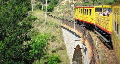 Villefranche de conflent le petit train jaune plus beaux villages routes touristiques des pyrenees orientale guide du tourisme occidanie