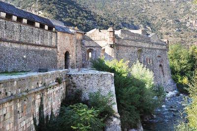 Villefranche de conflent remparts plus beaux villages routes touristiques des pyrenees orientale guide du tourisme occidanie