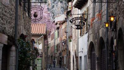 Villefranche de conflent ruelles plus beaux villages routes touristiques des pyrenees orientale guide du tourisme occidanie