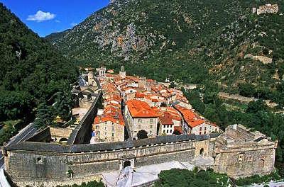 Villefranche de conflent vue sur la ville plus beaux villages routes touristiques des pyrenees orientale guide du tourisme occidanie