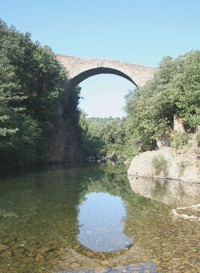 Villemagne l argentiere pont du diable sur la mare routes touristique de l herault guide du tourisme du languedoc roussillon