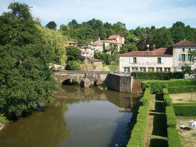 Vouvant plus beau village pont roman routes touristiques de vendee guide du tourisme du pays de la loire