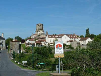 Vouvant plus beau village vue sur le village de la cite routes touristiques de vendee guide du tourisme du pays de la loire