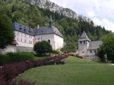 Vue de la correrie du monastere siege du musee parc de la chartreuse guide touristique de rhone alpes
