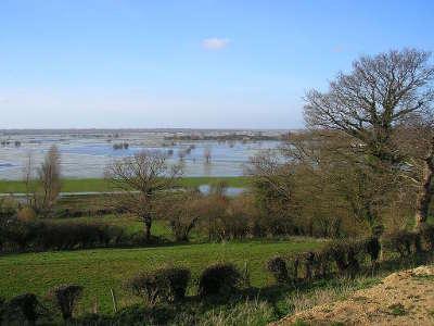 Vue vers le marais du cotentin de l eglise memorial de graignes guide du tourisme de la basse normandie