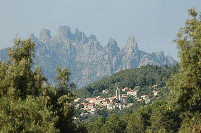 Zonza au pied des aiguilles de bavella routes touristiques en corse du sud guide du tourisme de la corse